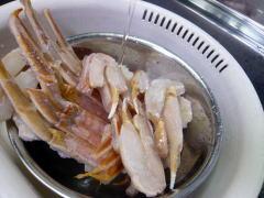 冷凍カニを流水で溶かす